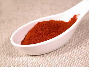 Hungarian paprika is stronger and richer than Spanish paprika, which is quite mild. Through controlled breeding, however, the plants take on a sweeter, lightly pungent flavor with a faint bitter aftertaste.